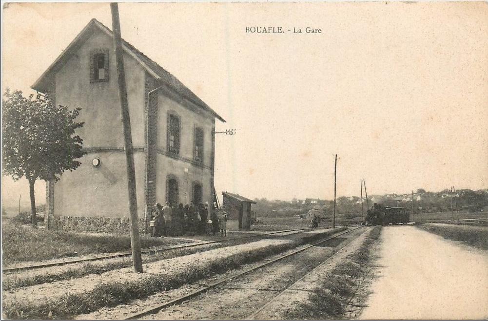 Bouafle-la-gare-avec-le-train-qui-arrive-de-Flins